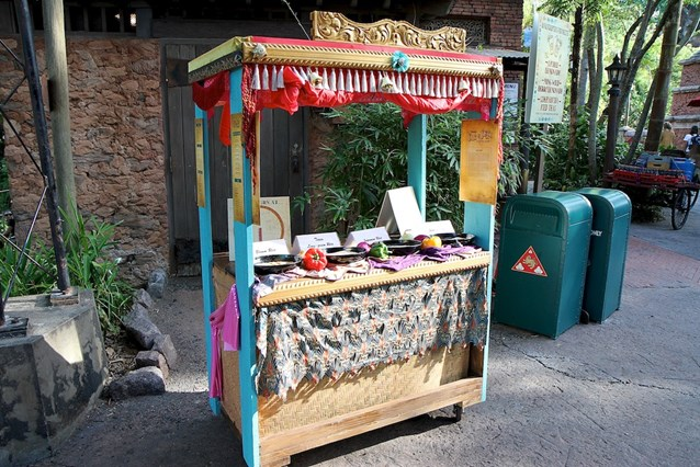 Disney's Animal Kingdom - Rice cooking demonstration by Yak and Yeti