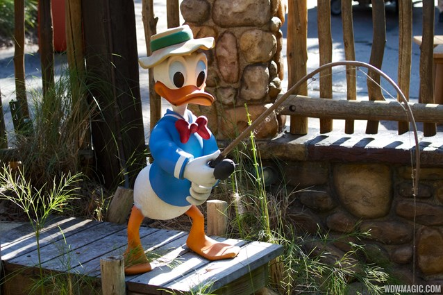 Camp Minnie-Mickey - Camp Minnie-Mickey Donald Duck statue