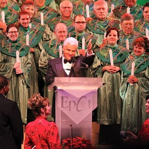 18 of 18: Candlelight Processional - John O'Hurley narrator