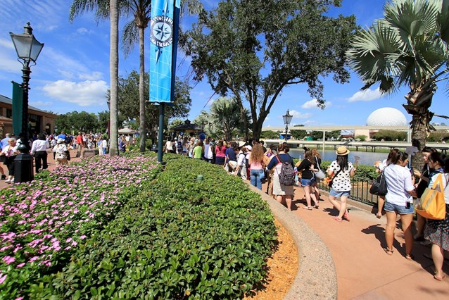 Character Meet and Greets at Epcot - Around 1pm the queue had built up to over 100 guests