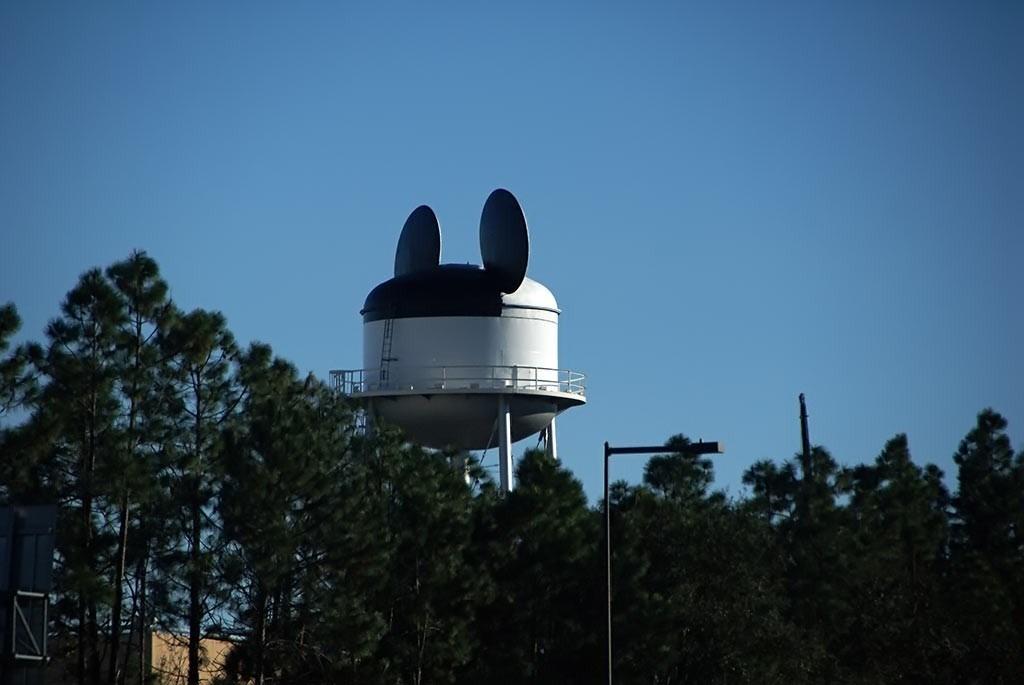 A white Earffel Tower