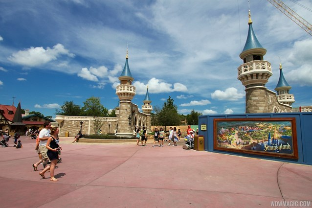 Fantasyland - Fantasyland Enchanted Forest castle wall
