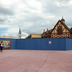 20 of 27: Fantasyland - Fantasyland Enchanted Forest castle wall