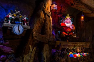 Seven Dwarfs Mine Train show scene