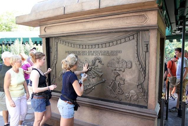 Haunted Mansion - Guests playing the musical surfaces