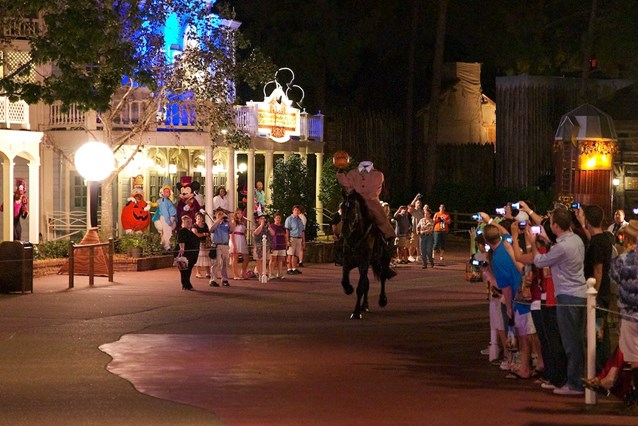 Haunted Mansion - The headless horseman - Mickey and the gang look on
