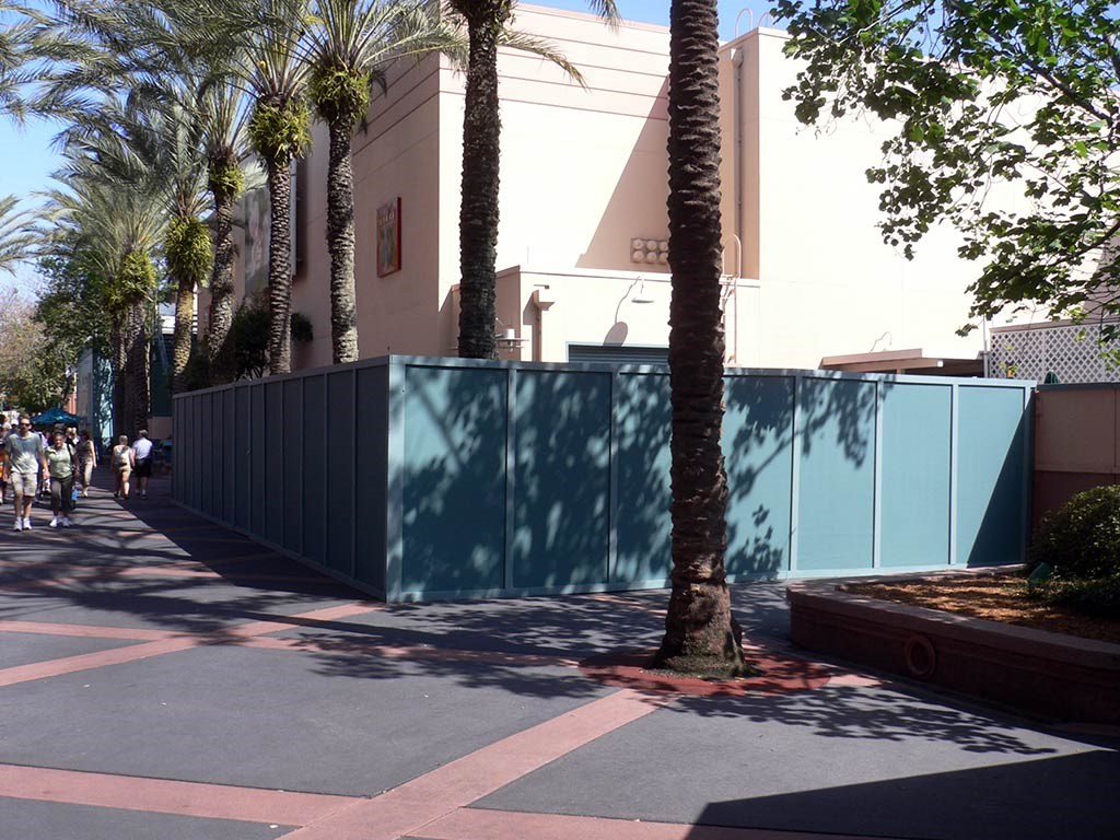 Idol construction wall expands to the rear of the building