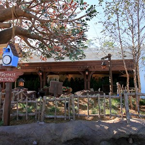 26 of 31: The Many Adventures of Winnie the Pooh - New queue area