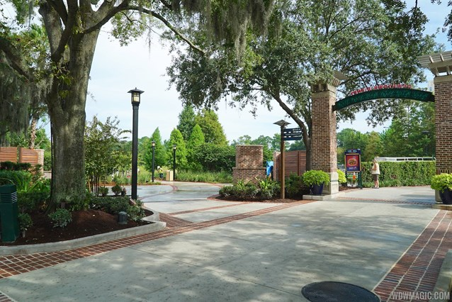 Disney Springs - Marketplace to Saratoga Springs bridge and boat dock - The entrance from the Marketplace