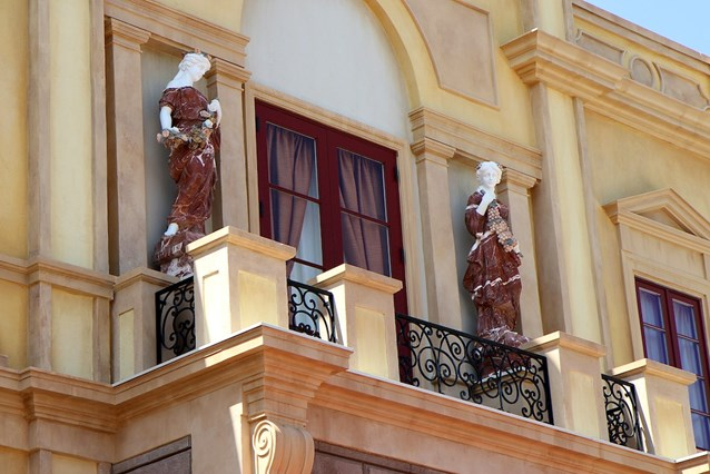 Via Napoli - Statues above the main entrance