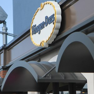 5 of 6: Wetzel's Pretzels and Haagen Dazs - West Side Haagen Dazs kiosk open