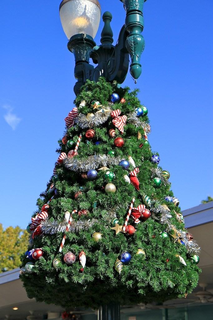 Disney's Hollywood Studios holiday decorations installation 2010