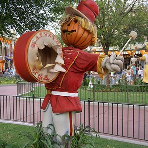 9 of 18: Mickey's Not-So-Scary Halloween Party - Halloween decorations installation