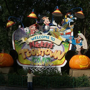 15 of 18: Mickey's Not-So-Scary Halloween Party - Halloween decorations installation