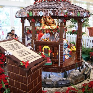 6 of 24: Disney's BoardWalk Inn - Disney's BoardWalk Inn holiday decorations 2009