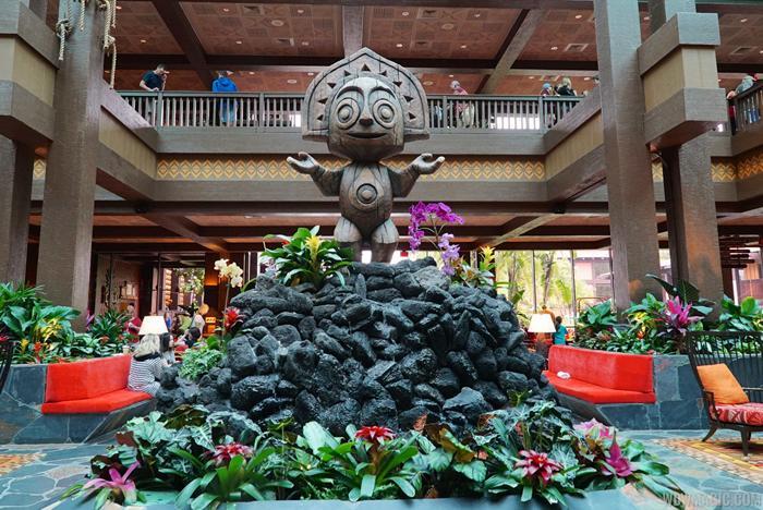 Tiki statue completes Polynesian lobby
