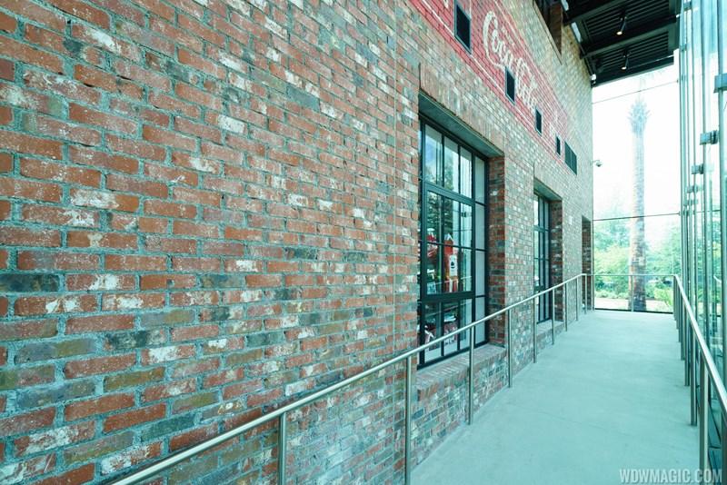 Situado entre o exterior do tijolo e do vidro enfrentado é uma série de rampas que levam até o segundo e terceiro andares. Elevadores também estão disponíveis se você não sofisticados a caminhada em torno do edifício.