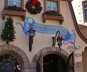 Volkskunst clocks and crafts
